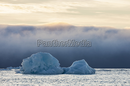 norge svalbard kvitoya isbjerg og tagebanke