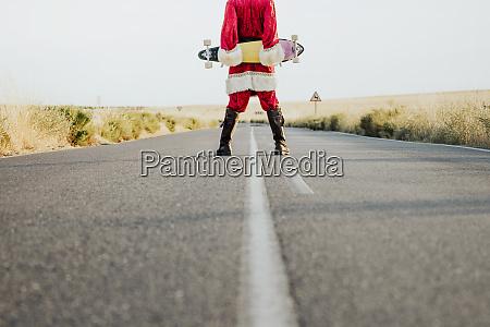 lav, del, af, julemanden, der, holder, et - 27365119