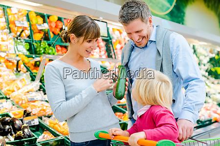 familie shopping frugt og grontsager i