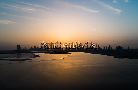 luftfoto af dubai skyskrabere ved solnedgang