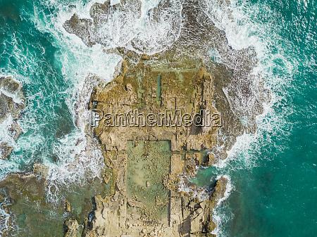 luftfoto af caesarea ruiner i havet