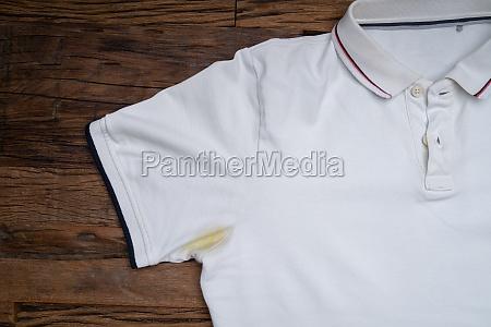 gul plet under armhule pa hvid