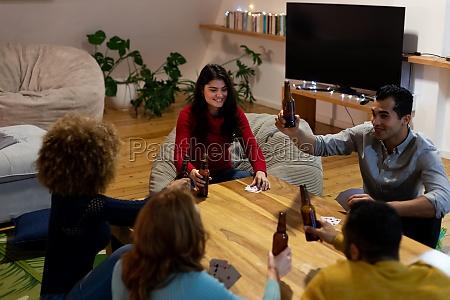 millennial voksne venner socialisere sammen derhjemme