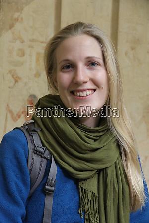 kvindelig turist besoger gamle egyptiske steder