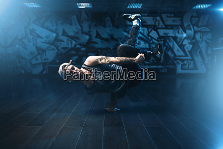 breakdance performer udgor i dansestudie