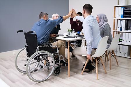 handicappede forretningsmand giver high five til