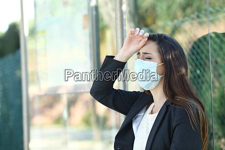 kvinde ifort en maske klager lider