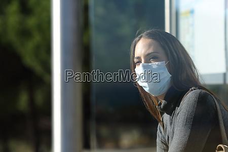 kvinde ifort en maske venter i