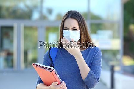 syg elev med maske hoste i