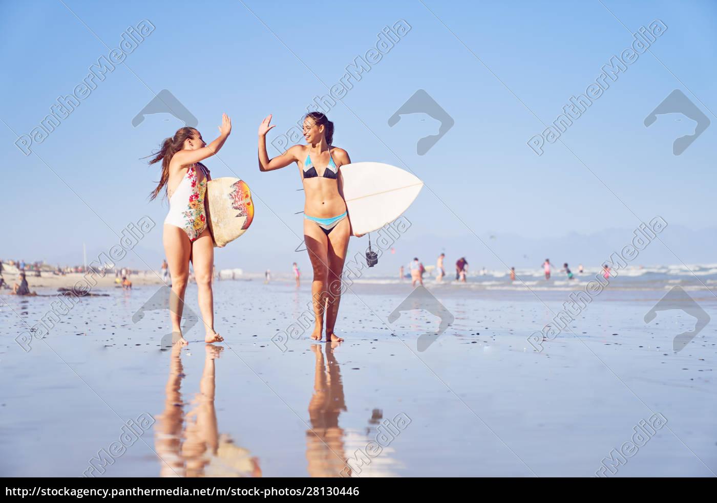 glade, unge, kvindelige, surfer, venner, højt - 28130446