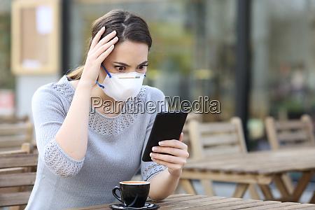 bekymret kvinde med maske kigger pa