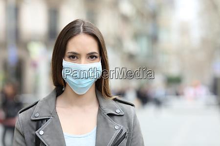 kvinde, med, beskyttende, maske, kigger, på - 28189057