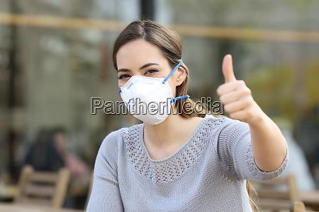 kvinde gor thumbs up ifort beskyttende