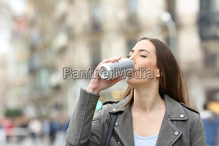 kvinde drikker en forfriskning fra dase