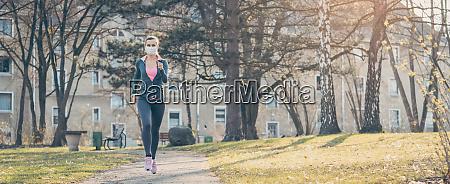 kvinde jogging ned ad en sti