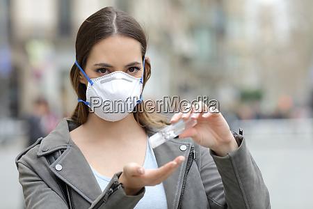 kvinde med beskyttende maske ved hjaelp