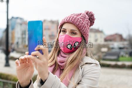 kvinde ifort corona maske gor selfie