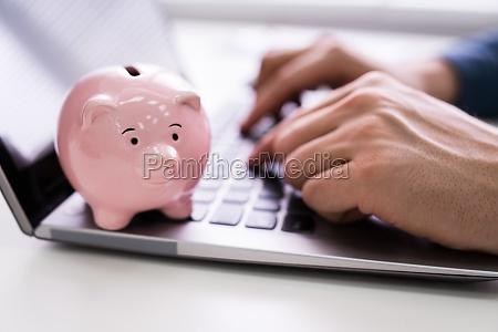 pink sparegris pa laptop