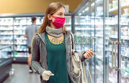 kvinde i supermarked shopping i mejeri