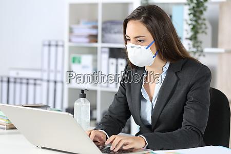 executive ifort maske arbejder pa laptop