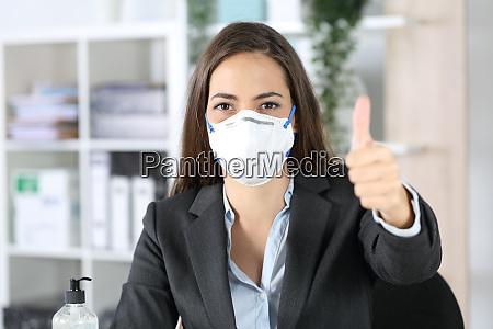 udovende med maske med tommelfingre op