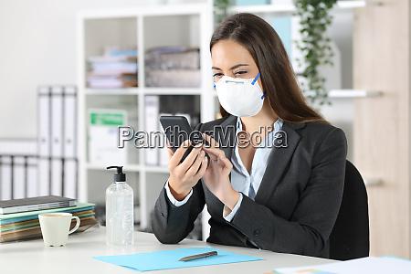 executive med beskyttende maske ved hjaelp