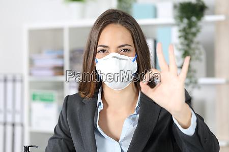 executive gestikulerer ok undga coronavirus pa