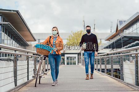 studerende pa universitetet campus ifort masker