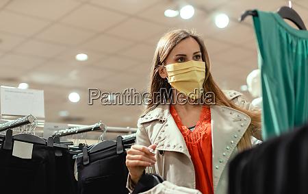 kvinde shopping i mode butik ifort