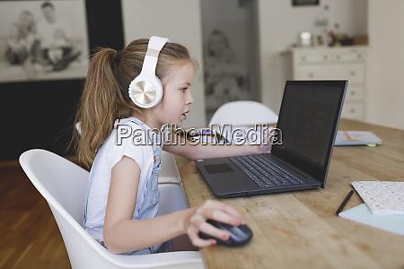 smuk ung pige med hovedtelefoner og