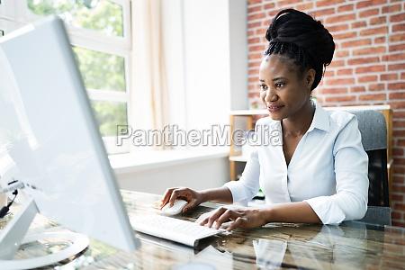 glad professionel kvinde medarbejder ved hjaelp