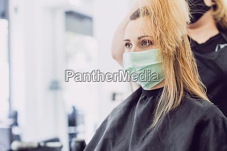 kvinde besoger frisor ifort ansigtsmaske