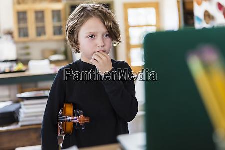 seks arig dreng spiller violin der