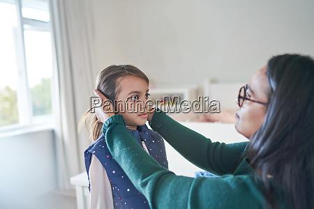 mor hjaelper datter med at fikse
