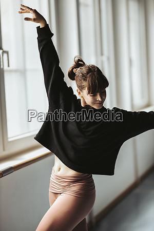 ung kvindelig ballerina dans i studiet