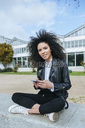 ung kvinde med afro frisure ved
