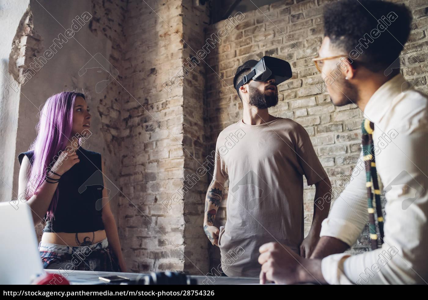 kreativt, team, bruger, vr-briller, på, loftskontoret - 28754326