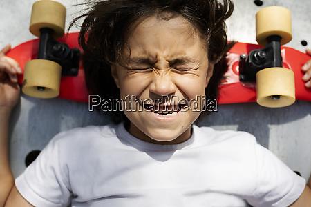 naer up af dreng med lukkede