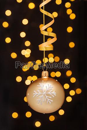 juledekoration med bolde og band
