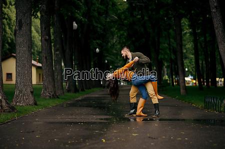 glad kaerlighed par danser i sommeren