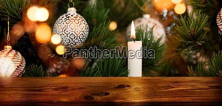 dekoreret juletrae med traebord