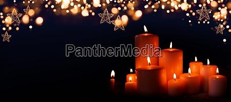 braendende stearinlys i juleaften