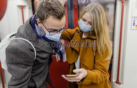 folk der bruger telefonen i toget
