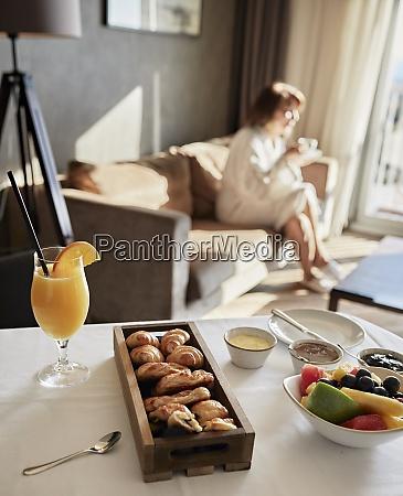 frisk morgenmad pa bordet med senior
