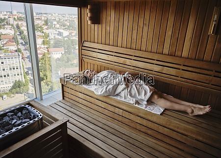 senior kvinde slapper af i trae