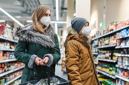 familie shopping i supermarkedet under covind19