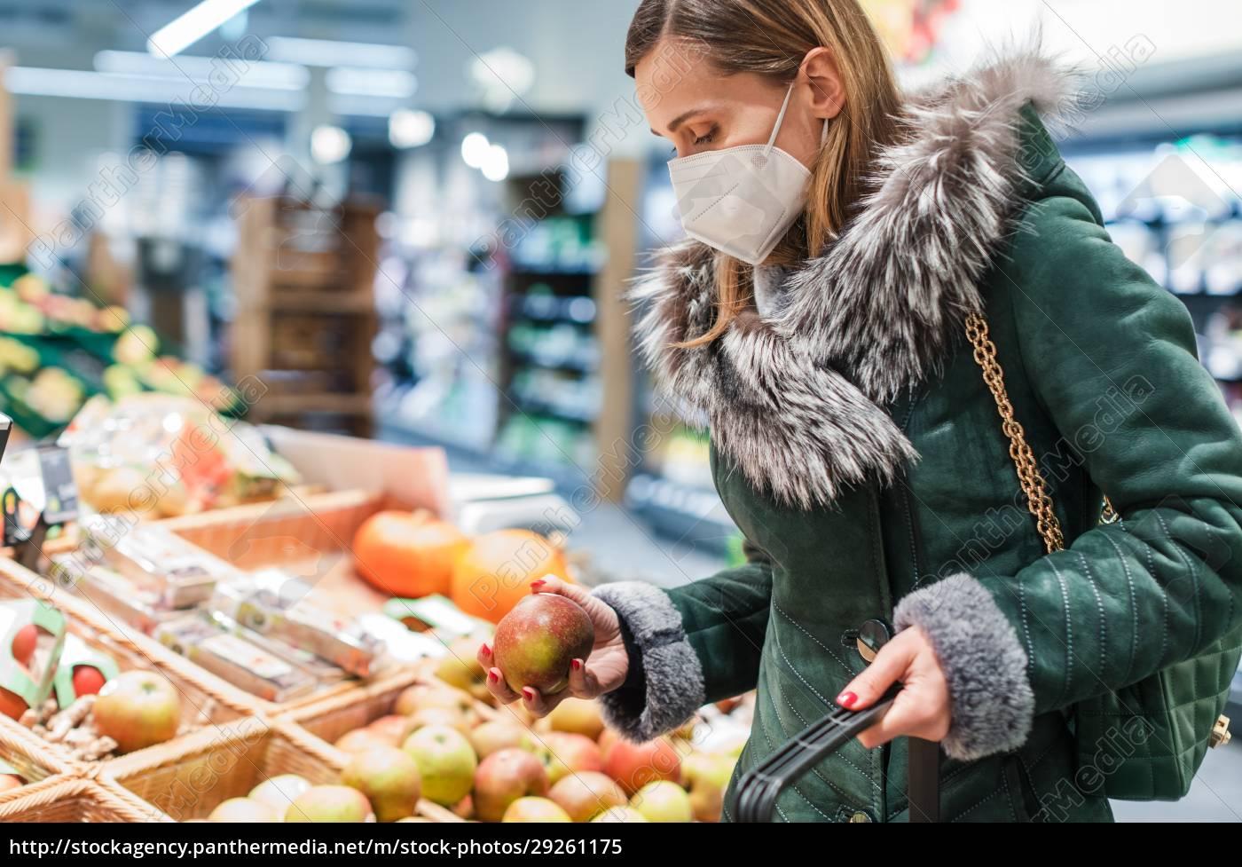 kvinde, iført, ffp2, ansigtsmaske, shopping, i - 29261175