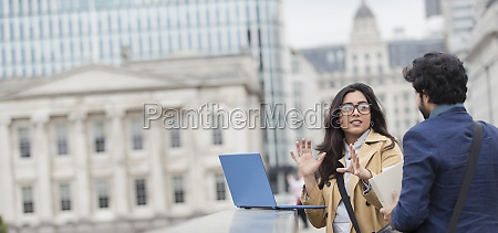 forretningsfolk der bruger baerbar computer pa