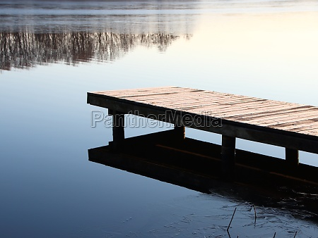 trae pier bridge ved silent winter